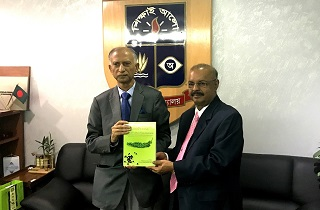 Dr. Muhammed Majeed presents BioPerine<sup>®</sup> book to Dr. AAMS Arefin Siddique, Vice Chancellor of Dhaka University
