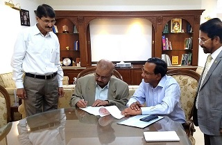Sami Labs signed an MoU on 22nd March 2019 with Madhya Pradesh Rajya Van Vikas Nigam (MPRVVN), Bhopal for Phase-2 plantation of 16,600 trees of Pterocarpus marsupium (Vijaysar) in Madhya Pradesh. Dr. Muhammed Majeed, Founder & Chairman, Sami-Sabinsa Group and Shri A. B. Gupta, Regional Chief General Manager, Seoni, MPRVVN signed the MoU along with Mr. VG Nair, Director & CEO, Sami Labs and Dr. Arvind Saklani.
